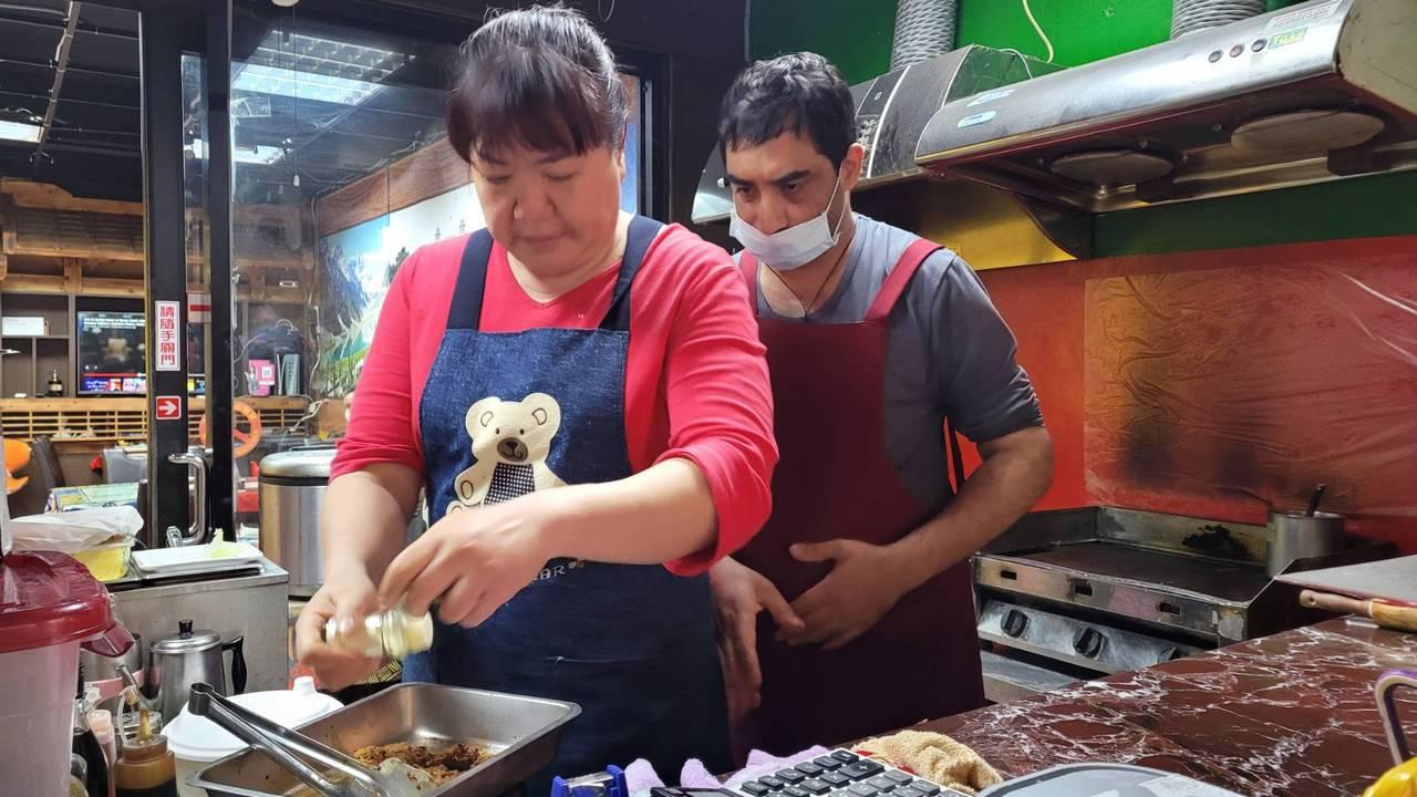 曾是籃球選手、保險經紀的李霈華,為愛轉行當廚師,煮出咖哩好味道。 圖/游明煌 攝...