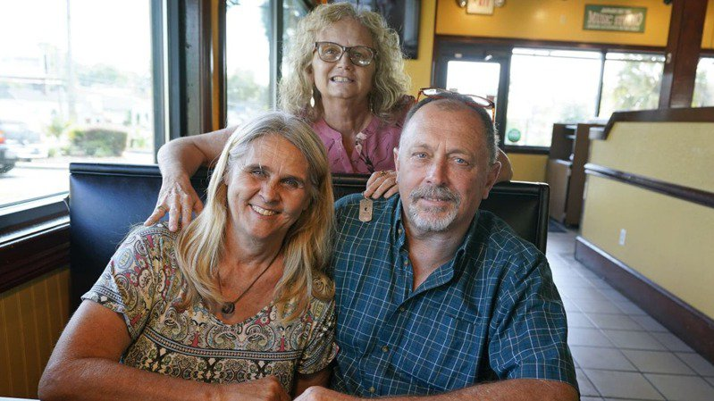 美國婦人(前排左)日前將1個腎臟捐給丈夫(前排右)的前妻(後)。圖/取自foxnews