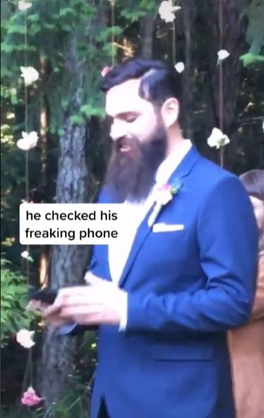 新郎迎接新娘走紅毯時突然掏出手機看盤。圖/取自tiktok@taylortoks