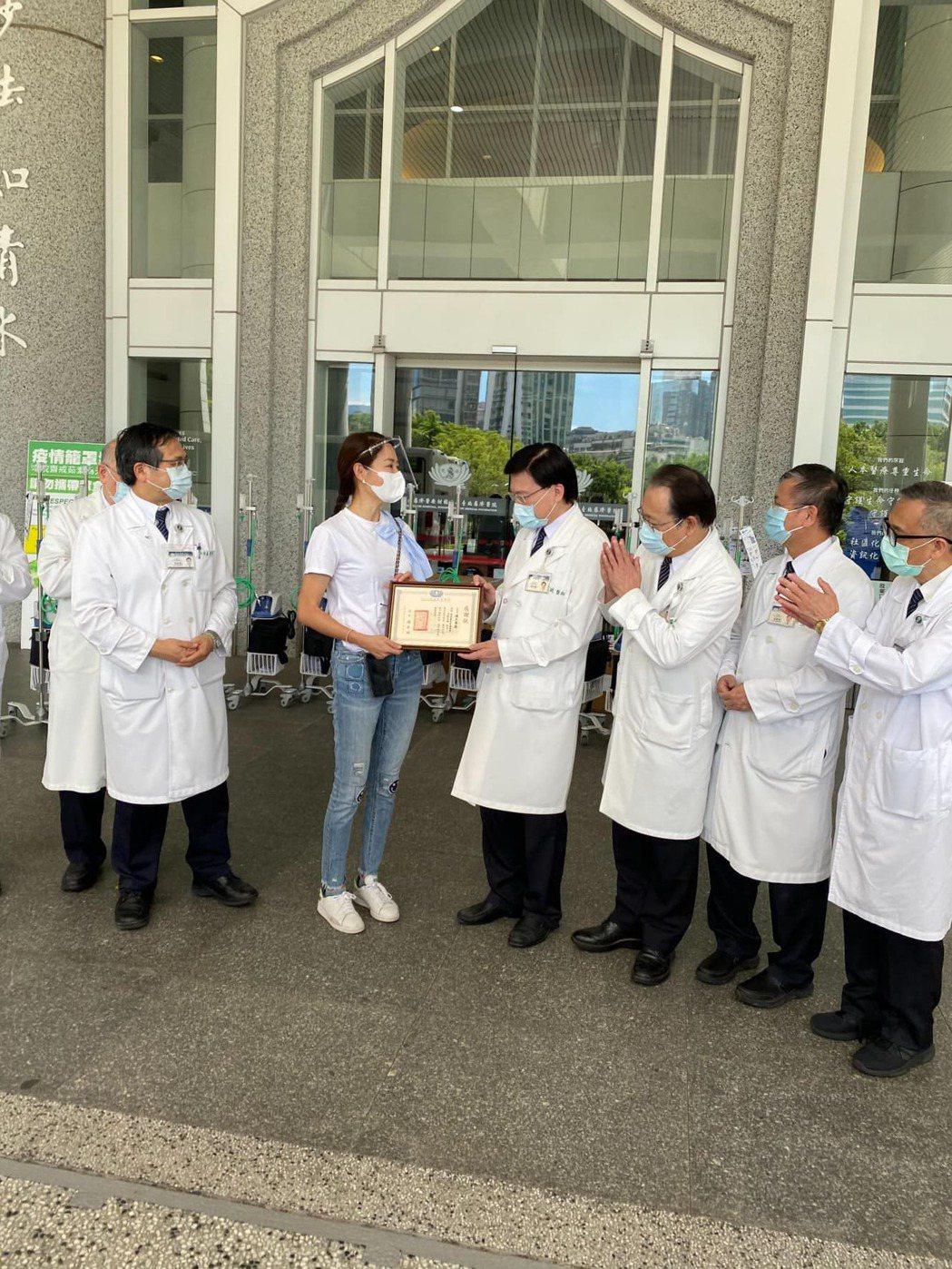 賈永婕募捐「救命神器」HFNC給各醫院。圖/擷自臉書