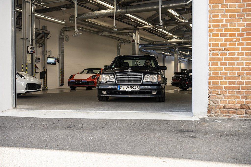 80年代末期Daimler-Benz AG委託保時捷擔任開發服務夥伴,由於它在辛...