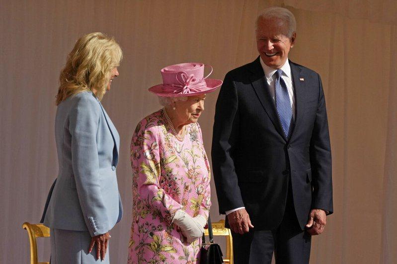 美國總統拜登在溫莎城堡與英國女王伊麗莎白二世茶敘。拜登說,女王的外貌和寬厚讓他想起自己的母親。美聯社