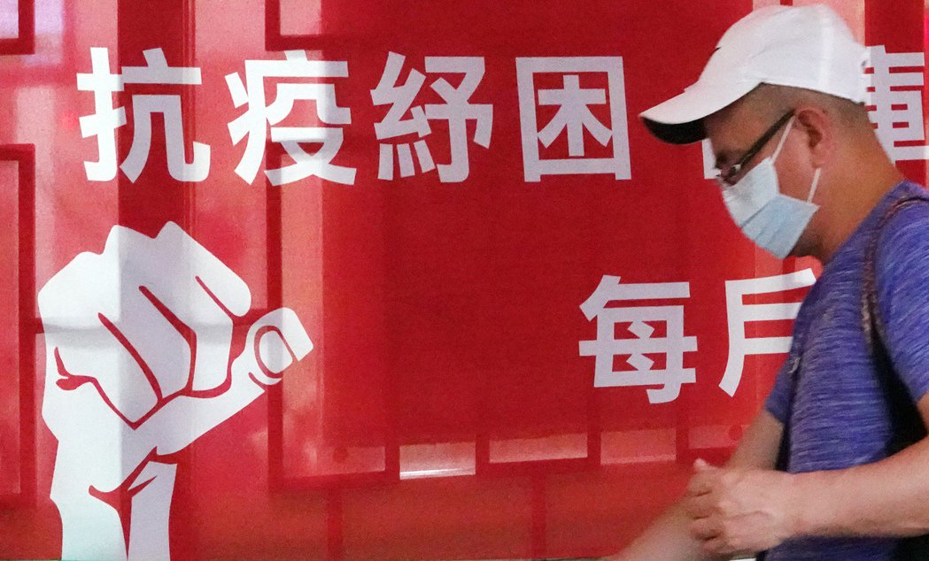 新版10萬元勞工紓困貸款昨天開辦第一天,就塞爆各銀行,17家銀行更因此大當機,不...