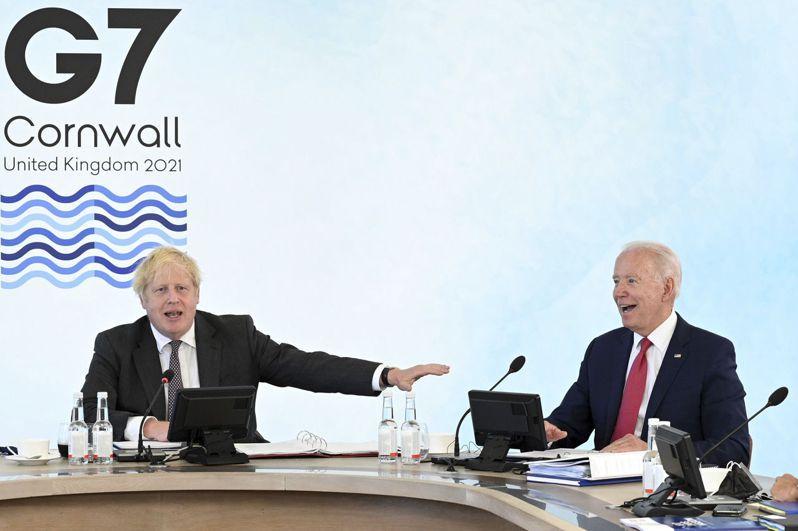 在英國康瓦爾郡舉行的七大工業國(G7)峰會十三日閉幕,G7領袖首度在公報中提及台灣海峽和平穩定的重要性。圖為十二日峰會上的英國首相強生(左)與美國總統拜登(右)。(美聯社)
