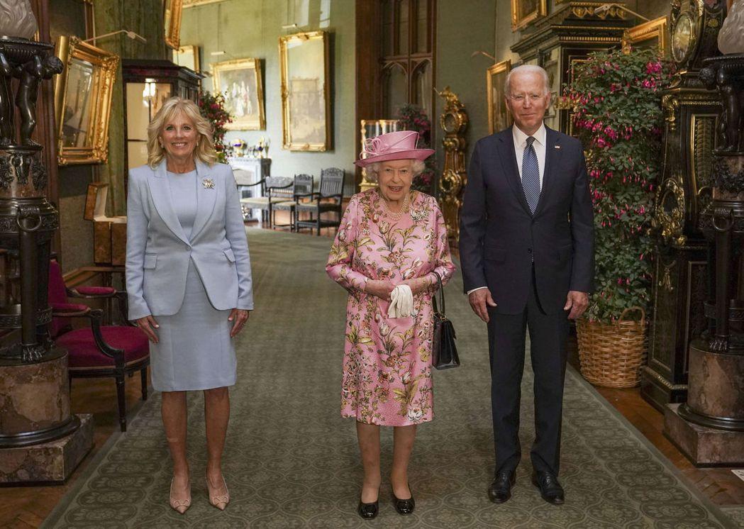 英國女王伊麗莎白二世13日邀請美國總統拜登夫婦到溫莎堡喝茶。美聯社