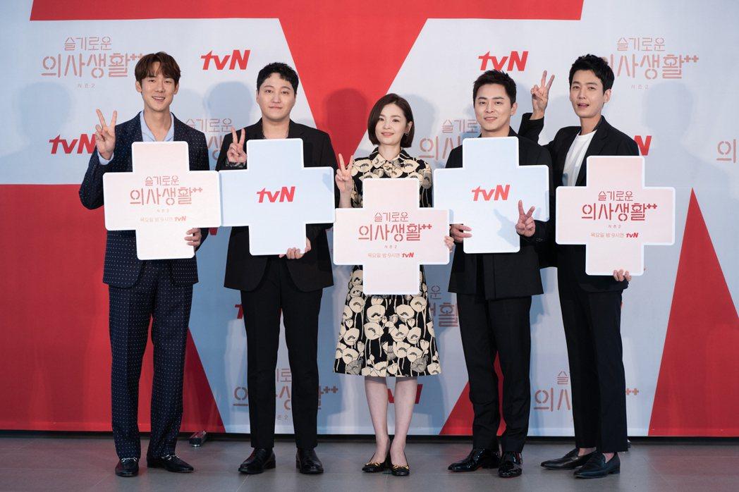 柳演錫(左起)、金大明、田美都、曹政奭、鄭敬淏為台粉加油。圖/Netflix提供