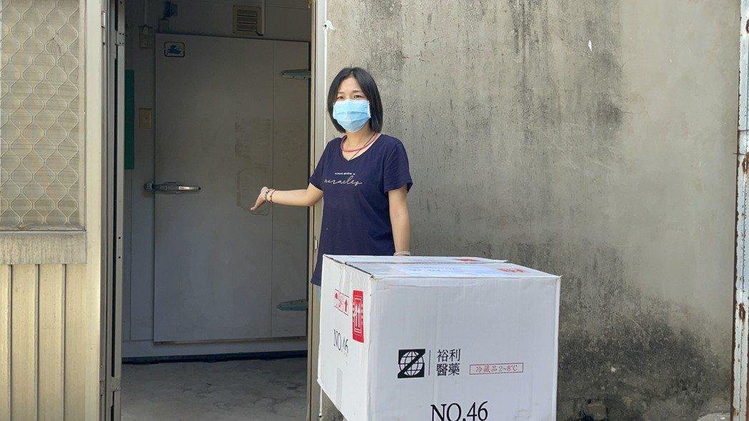 金門縣衛生局澄清,開箱疫苗位置就在冷藏庫前,一切都符合中央規定運送程序。圖/金門...