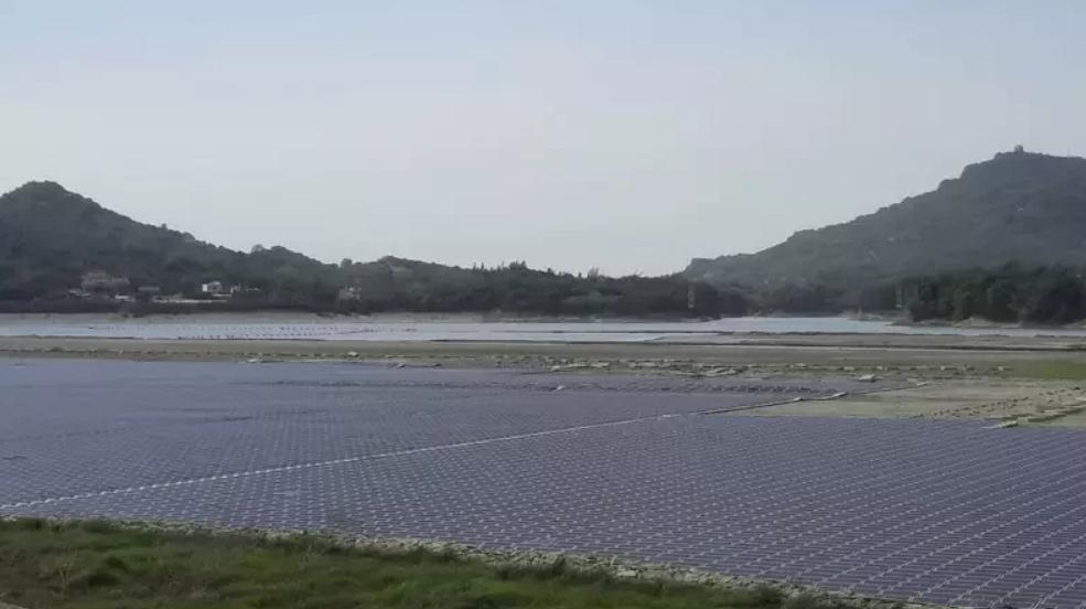 高雄阿公店水庫目前正進行「空庫防淤」,邊坡有架設太陽能板。本報資料照片