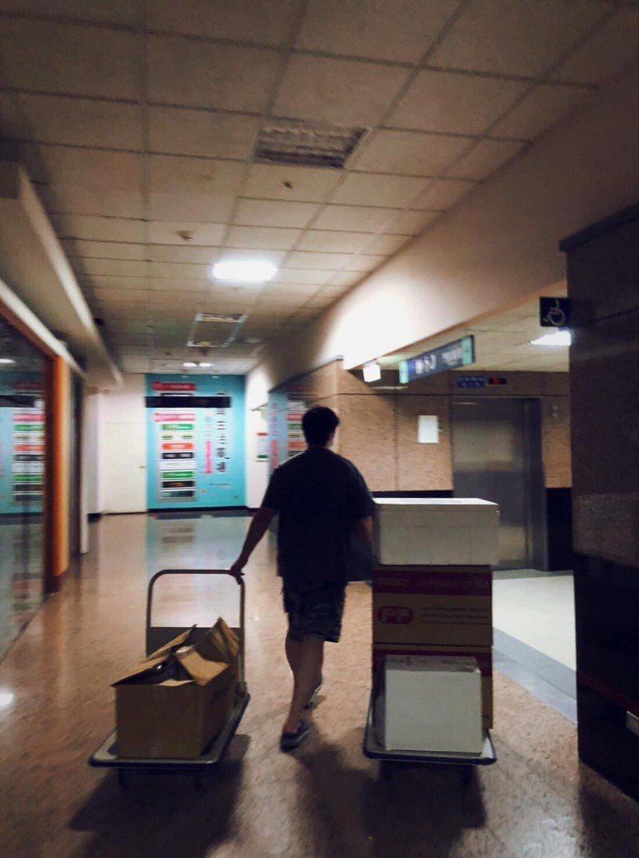 北市聯醫中興院區藥劑科主任翁紹恩十分心疼衛生局人員為疫情燃燒自己,最後獨自帶兩大車疫苗回院區。圖/截自翁紹恩臉書