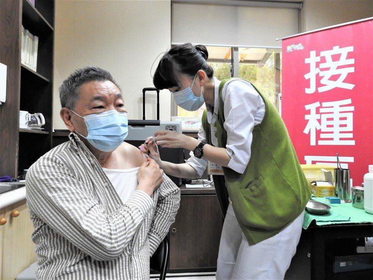 第六類75歲(原住民65歲)以上長輩明起開放接種AZ疫苗。圖/本報資料照