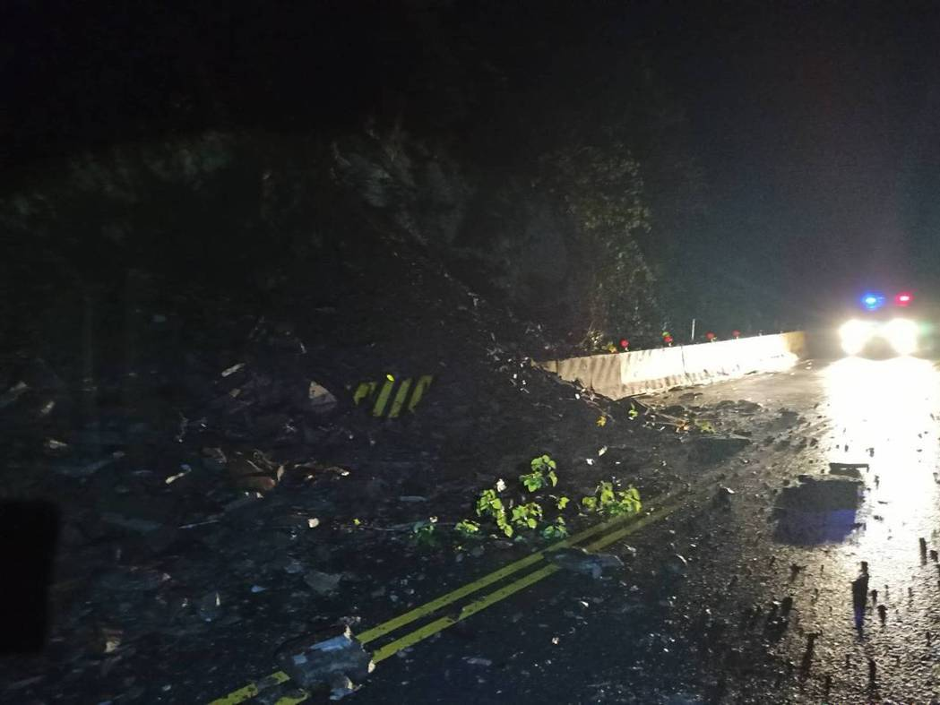 端午連假期間,高雄山區雷陣雨不斷,昨天晚上南橫公路台20線97.9公里處坍方,警...