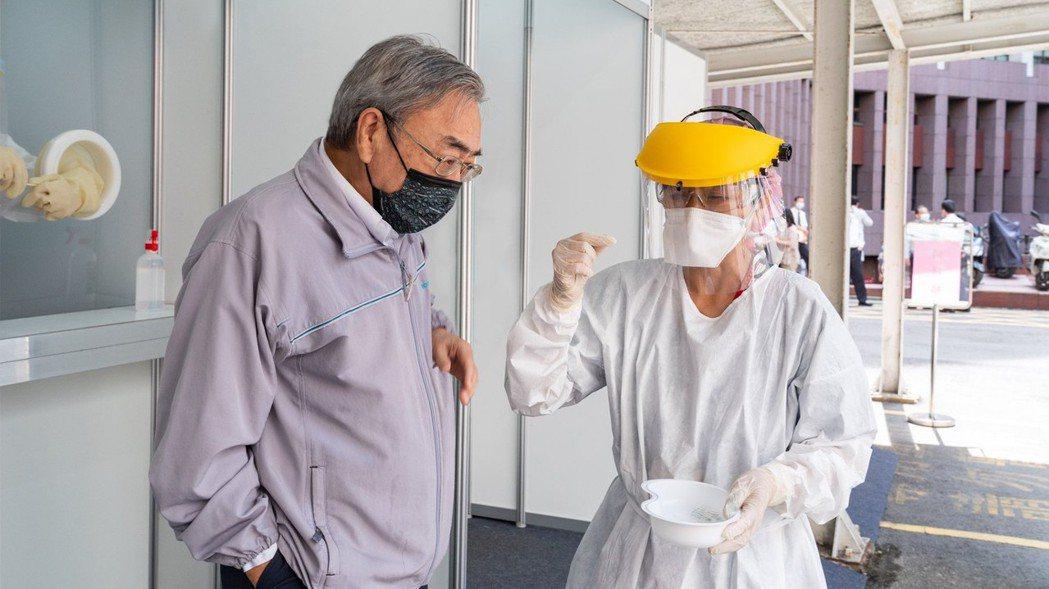 台塑集團總裁王文淵帶頭抗疫,視察快篩站作業流程。圖/台塑企業臉書粉絲專頁