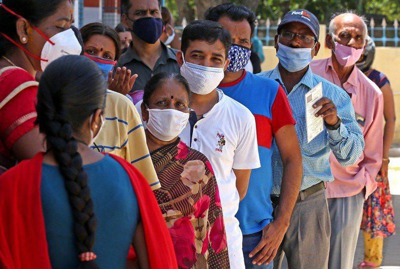 圖為印度民眾排隊等待接種疫苗。歐新社