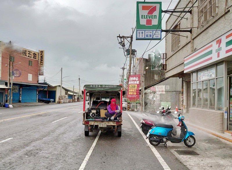 六輕接連發生確診,雲林縣府馬上對鄰近商街進行清消。圖/雲林縣府提供