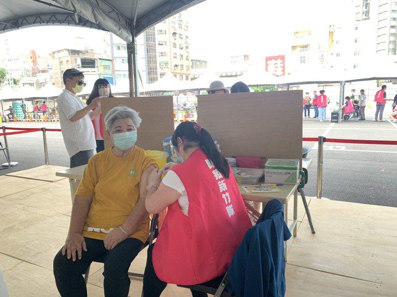 新竹市政府今為全台第一批長者施打疫苗,截至11點已完成3000人施打。記者王駿杰/攝影