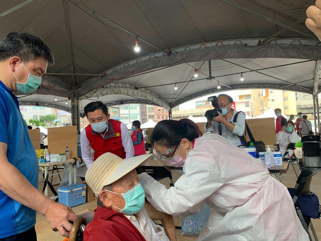 市長林智堅上午關心6處疫苗施打站接種情況。記者王駿杰/攝影