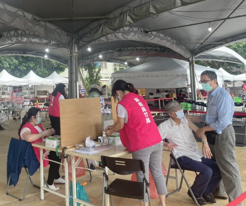 新竹市政府今為全台第一批長者施打疫苗,截至11點已完成3000人施打。記者王駿杰...