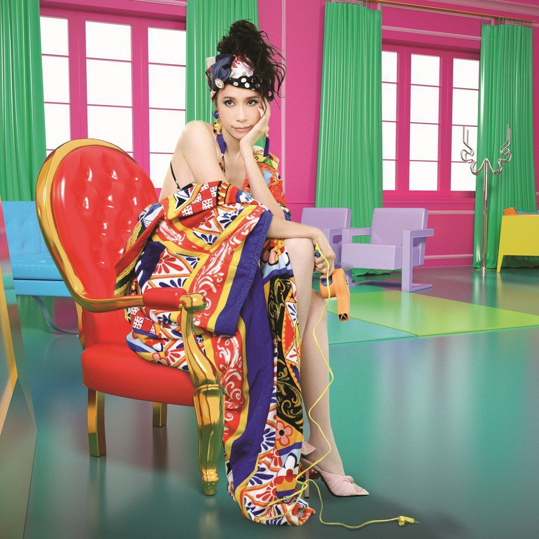 莫文蔚因穿著Dolce & Gabbana的服裝,遭大陸網友出征。圖/莫家寶貝工