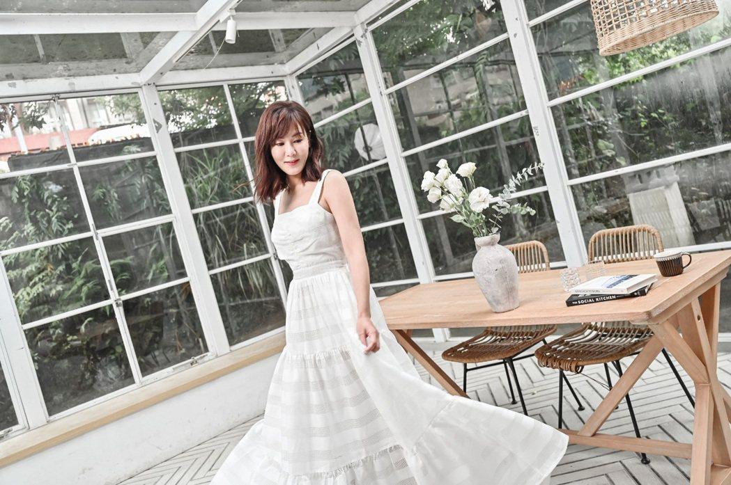 邱琦雯推出的長洋裝,要讓所有女生漂亮變身。圖/艾迪昇傳播提供