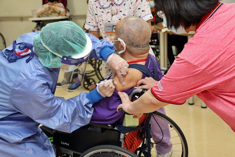 嘉義市政府預定明天開始,為85歲以上長者施打疫苗。記者卜敏正/翻攝