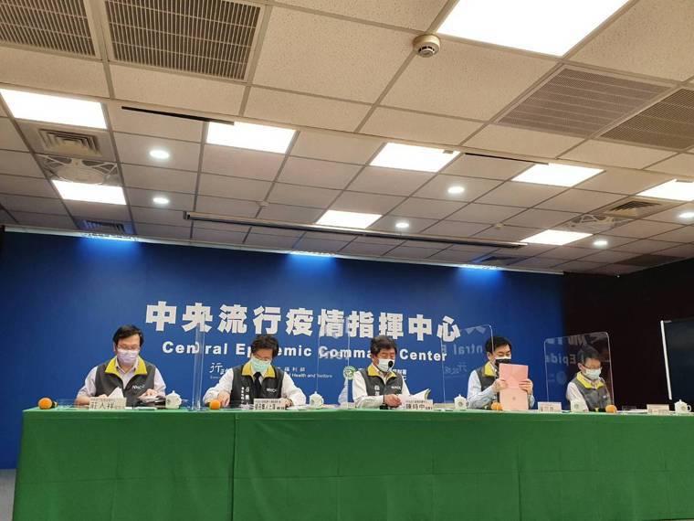 中央流行疫情指揮中心今召開臨時記者會說明。左起發言人莊人祥、專家諮詢小組召集人張...