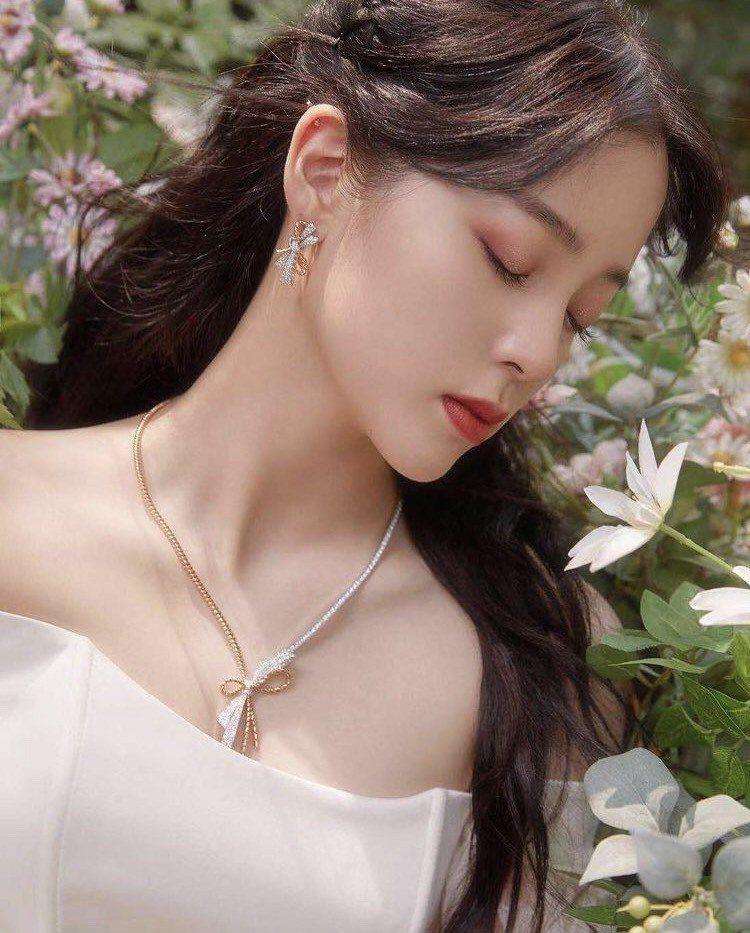 歐陽娜娜配戴CHAUMET珠寶出席微博電影之夜。圖/取自IG @nanaouya...