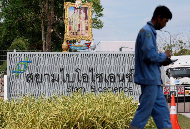 英國生產的AZ疫苗的阿斯特捷利康公司去年11月與泰國簽約,根據合約AZ將向泰國暹羅生物科技(Siam Bioscience Group)轉移新冠肺炎疫苗生產技術,並授權暹羅生物科學集團生產疫苗。本月初已提供第一批180萬劑疫苗給泰國。路透