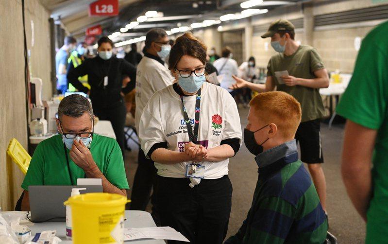 英國政府催促年輕人打疫苗,對抗Delta變種病毒。歐新社