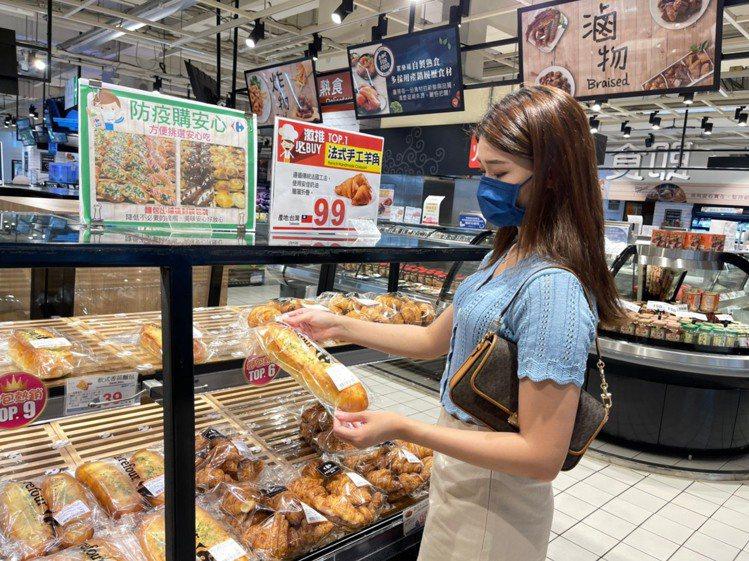 「家樂福烘焙防疫包」提供每日現作出爐AA無添加認證烘焙麵包。圖/家樂福提供