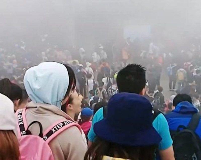 數千遊客端午泰山觀日出,不滿索道停運衝撞閘口。快科技