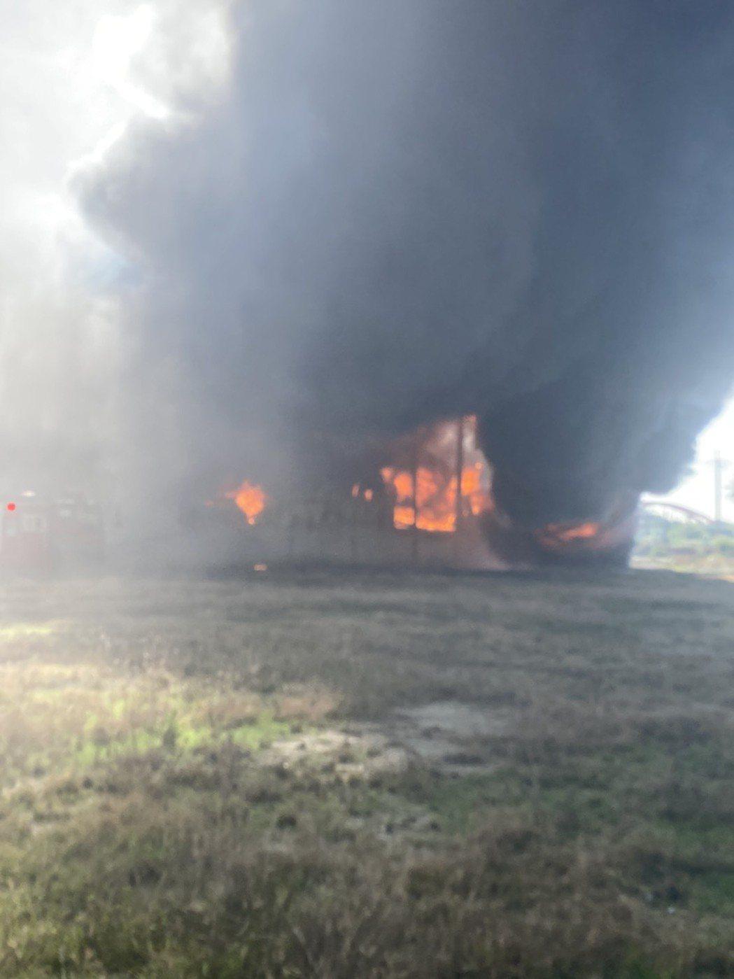 台南仁德工廠倉庫大火濃煙滾滾 ,消防義消50多人打火中。記者周宗禎/翻攝