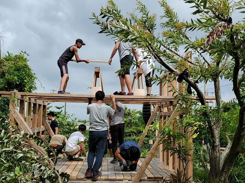 汗得建築工事實驗教育機構帶領孩子在動手蓋房子的過程中,學會探索自我。圖/胡湘玲提供
