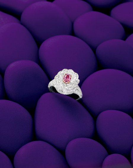 Tiffany 0.39克拉粉紫紅色鑽石「花」鑽戒,估價90萬港元起。圖/邦瀚斯...