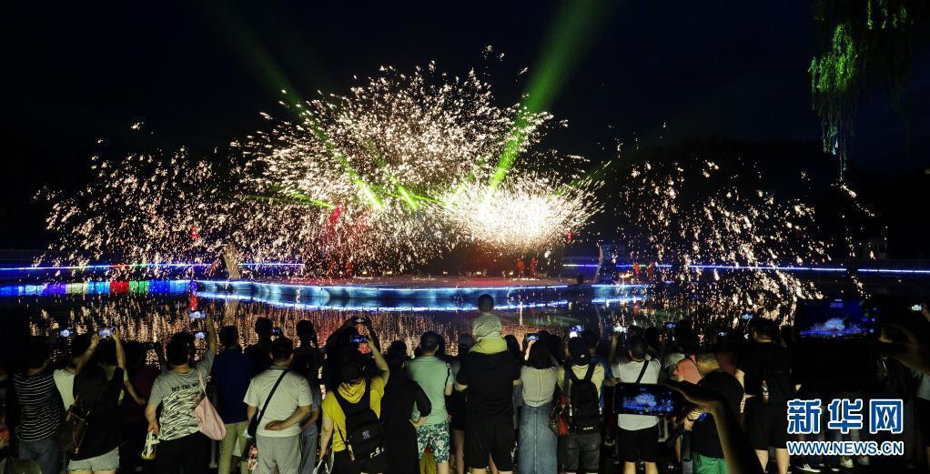 圖為6月13日,遊客在北京豐台區世界公園觀賞端午民俗文表演。(取自新華社網)
