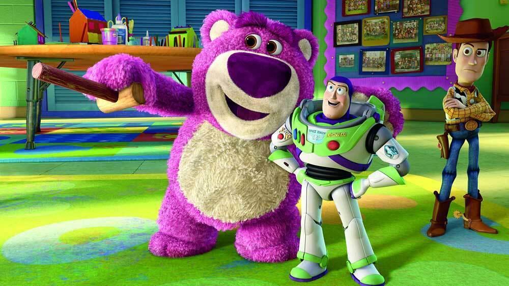 熊抱哥(中)是「玩具總動員3」最讓人有印象的要角之一。圖/摘自imdb