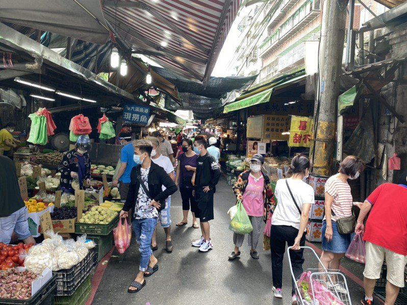 汐止中正市場外攤無法落實人流管制,且複查屢屢不合格,遭強制停業3天。圖/新北市場處提供