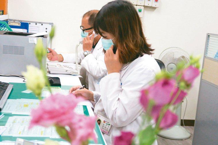 衛福部彰化醫院心理師使用電話,與染疫住院病人談心。記者簡慧珍/攝影