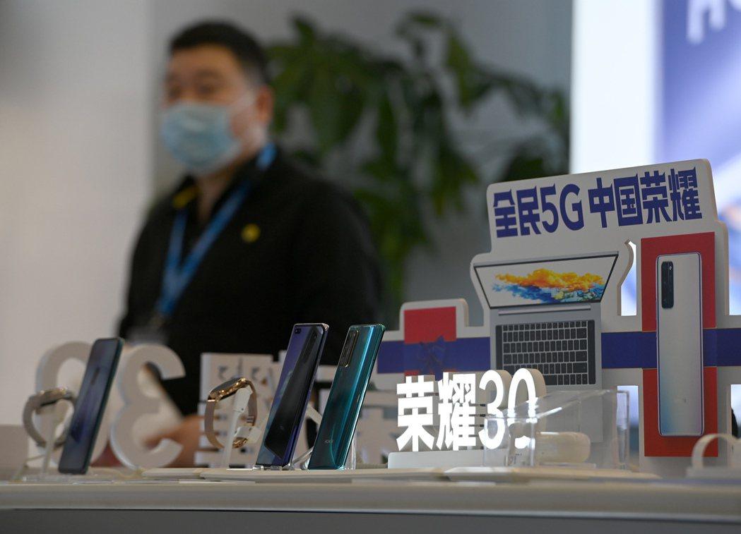 榮耀明(16)日發表新一代榮耀50系列手機,目前在京東和榮耀商城預購人數已高達1...