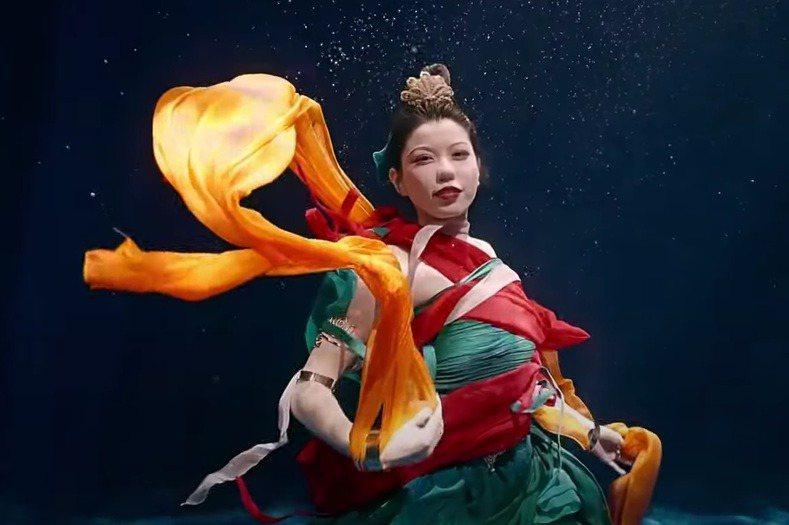 河南衛視推水下中國風舞蹈視頻「洛神水賦」(原名「祈」),一段不到兩分鐘但火爆全網,大陸網友紛紛留言:「我是看到神仙了嗎」。圖/取自河南衛視微博視頻號
