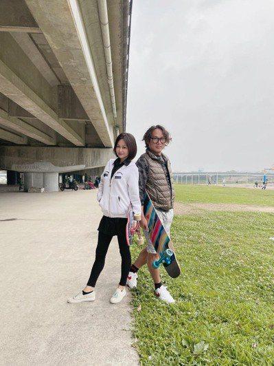 除了學嘻哈舞曲,林詠翔也練習青少年的滑板,現在已經是家庭聚會必備的運動,除了增近...