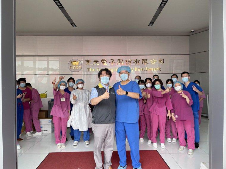 台北榮總支援京元電子採檢,完成我國自疫情以來最大規模的PCR採檢行動,兩天共花1...