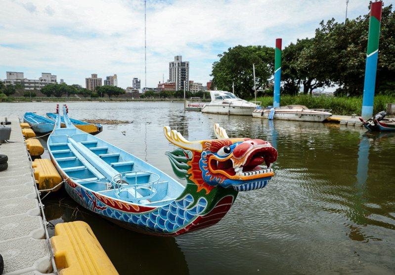 新冠肺炎疫情三級警戒下,端午連假昨天結束。過去常舉辦龍舟競賽的台北市三腳渡,今年只剩停在港口的龍舟。記者曾原信/攝影