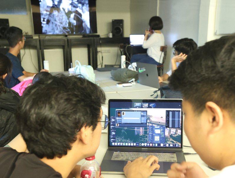台北市影視音實驗教育機構是全台第一所機構實驗教育,主打表演藝術,學生上電影課,邊上課、邊練習影片剪接。記者陳正興/攝影