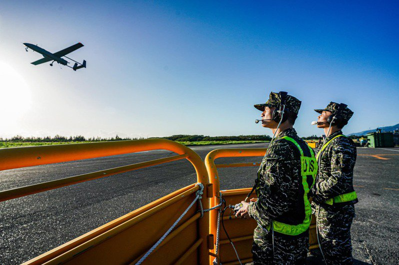 銳鳶無人機的飛行員(操作手)培訓非常緩慢。圖/取自中華民國海軍臉書粉團