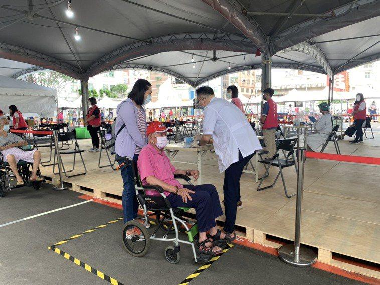 新竹市政府昨起為八十歲以上長者施打AZ疫苗,讓坐輪椅長者也方便施打,長者們直說「...