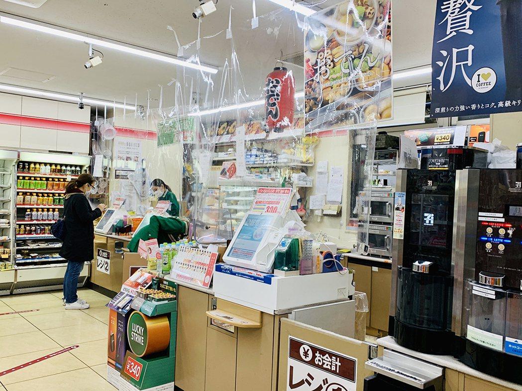 日本便利商店的防疫措施之ㄧ,在結帳區掛上透明塑膠窗簾、減少客人與店員之間飛沫傳染...