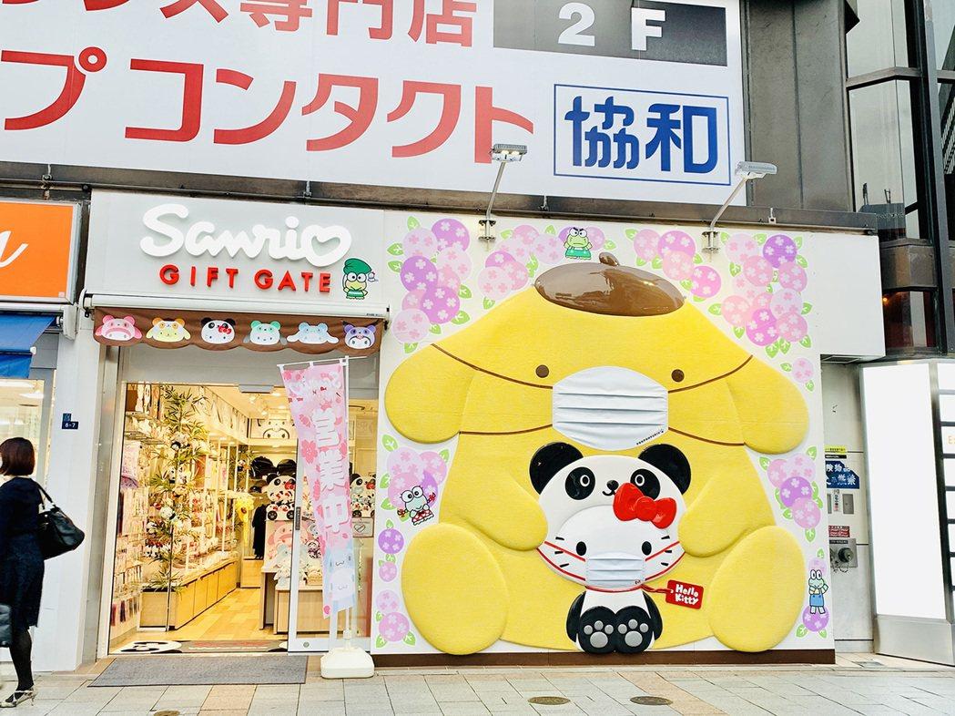 日本街頭商家門前的卡通人物也戴上口罩。圖/創意市集提供