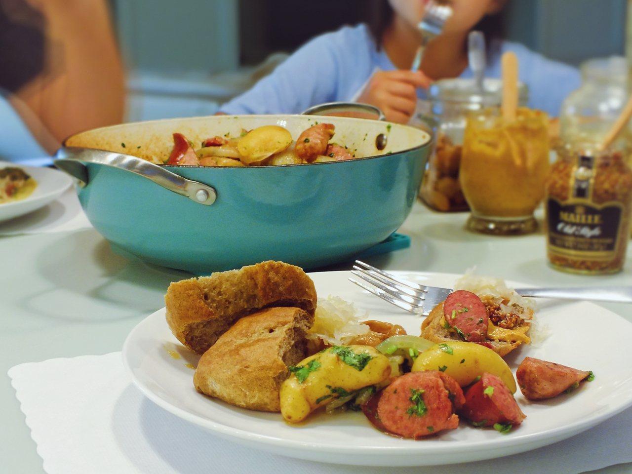 餐點輕鬆上桌,大人小孩都吃得飽足開心。 圖/日月文化.山岳文化提供
