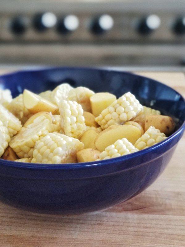 馬鈴薯、玉米較難烤熟,微波爐烹煮至八分熟,再和其他食材一起焗烤。 圖/日月文化....