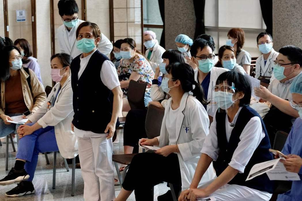 醫護人員等待接種疫苗。 圖/法新社